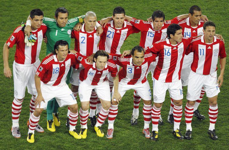 Cardozo, Villar, Verón, Alcaraz, Topo Cáceres, Da Silva (de pie), Haedo, Barreto, Morel Rodríguez, Riveros y Santana, el equipo base de Paraguay en Sudáfrica 2010.