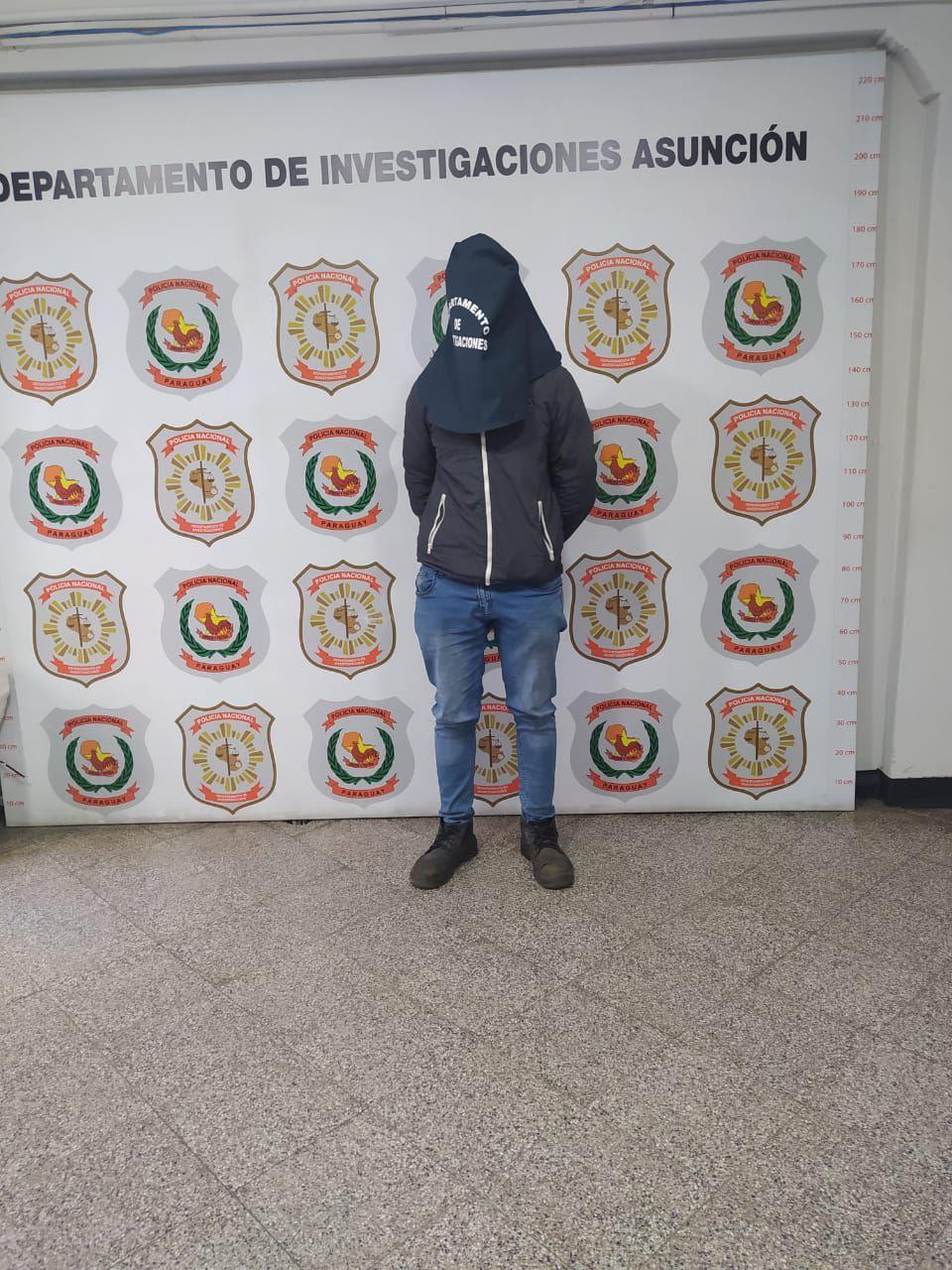 Fernando Fernández, detenido en la sede de investigaciones de Asunción.