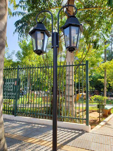 Con su vereda inclusiva, sus faroles de estilo inglés y llena de plantas, la plaza Teniente 1° César Lemos, del barrio Ykua Sati, llama la atención desde afuera.