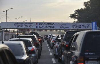 Largas filas de vehículos en el vacunatorio instalado en el autódromo Rubén Dumot, exAratirí.