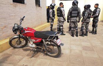 La moto con la que fueron sorprendidos dos sospechosos de perpetrar un atraco.