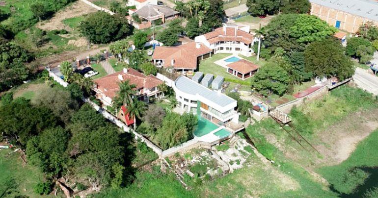Piscina sinfín con cascada desde el quincho que es casi una casa más, mansión principal y más en la zona de Itá Enramada.