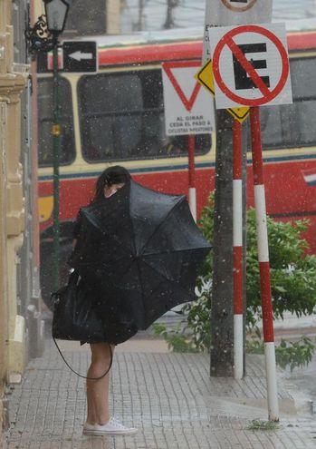 Una mujer con paraguas en el microcentro de Asunción, durante la lluvia registrada este miércoles.