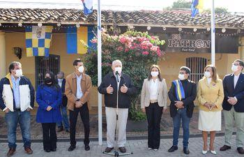 César Meza Bría (centro), precandidato del PLRA a la intendencia del Luque, junto a sus aspirantes a concejales municipales.