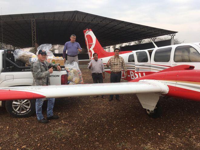 Una avioneta ayuda a hacer los repartos de víveres en el Chaco.