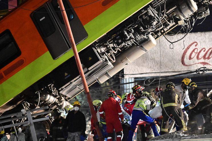 Los rescatistas retiran un cuerpo de un vagón de tren después de que una línea elevada del metro colapsara en la Ciudad de México.