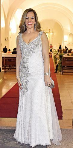 Silvia de Mora Esplendorosa. Vistió de gala con riguroso bordado de  plata. Tul, perlas y apliques de pedrería adornan la propuesta de escote en V que complementó con pendientes y bolso de mano en juego.