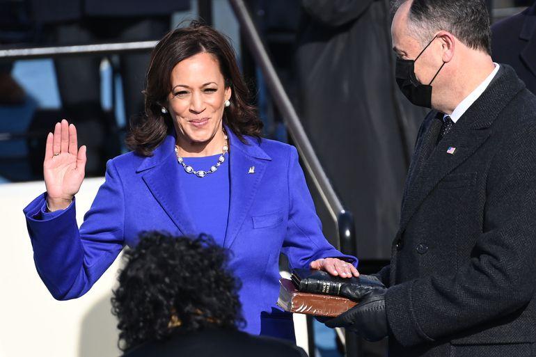 Kamala Harris, junto a suesposo Doug Emhoff, durante su juramento.