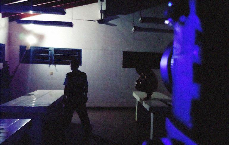 Un guardia lidia con sus miedos en la morgue del Hospital Regional de Encarnación, en la película dirigida por Hugo Cardozo.