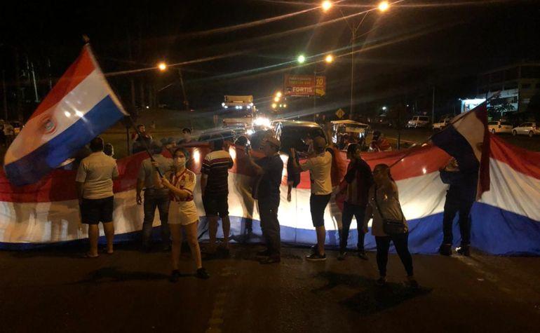 Habitantes de Ciudad del Este bloquearon la ruta PY02 para exigir  juicio político o  renuncia del  Ejecutivo.