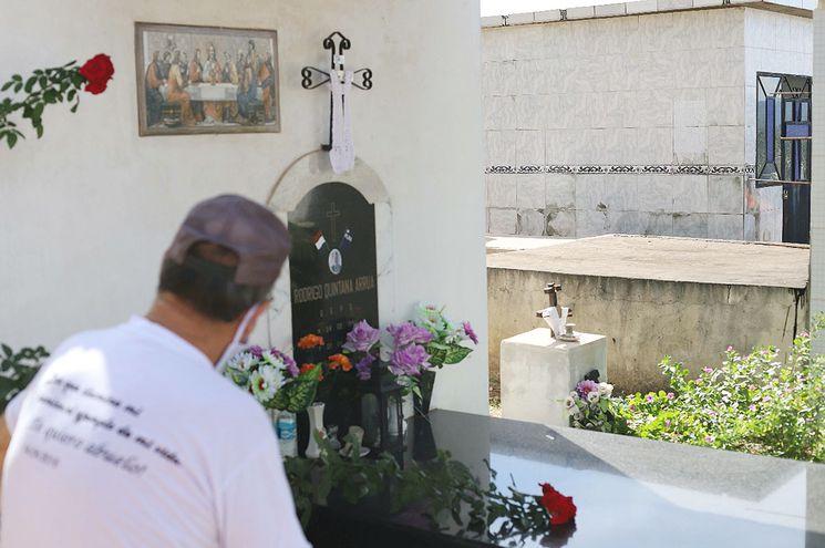El padre de Rodrigo Quintana observa la tumba de su hijo asesinado por la policía cartista.
