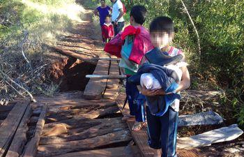 Peligroso puente en Paso Yobái.