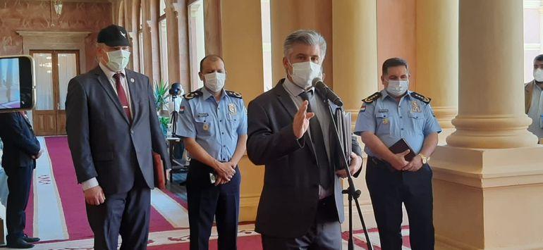 En esta fotografía de archivo se ve a Arnaldo Giuzzio (frente al micrófono), ministro del Interior, junto a la cúpula policial en Palacio de Gobierno. (Gentileza).