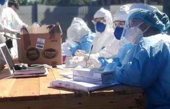 Profesionales de la red de laboratorios y voluntarios de la Cruz Roja tomaron muestras para análisis de COVID-19 a todos los albergados del Alto Paraná, hoy.