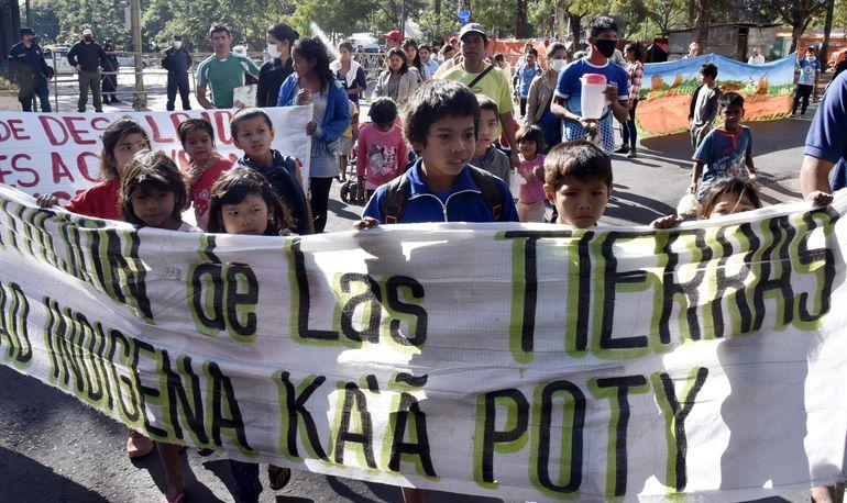 Los integrantes de la comunidad Ka´a Poty en su mayoría niños, niñas y mujeres marcharon por las calles de Asunción hasta llegar al Poder Judicial acompañados de la ciudadanía que vienen apoyando a las familias.