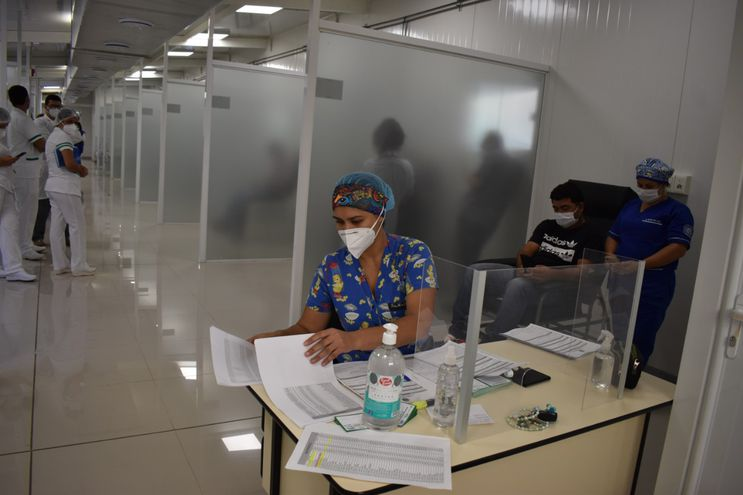 Vacunan no alcanzan para cubrir a todo el personal que está trabajando en los hospitales de contingencia.