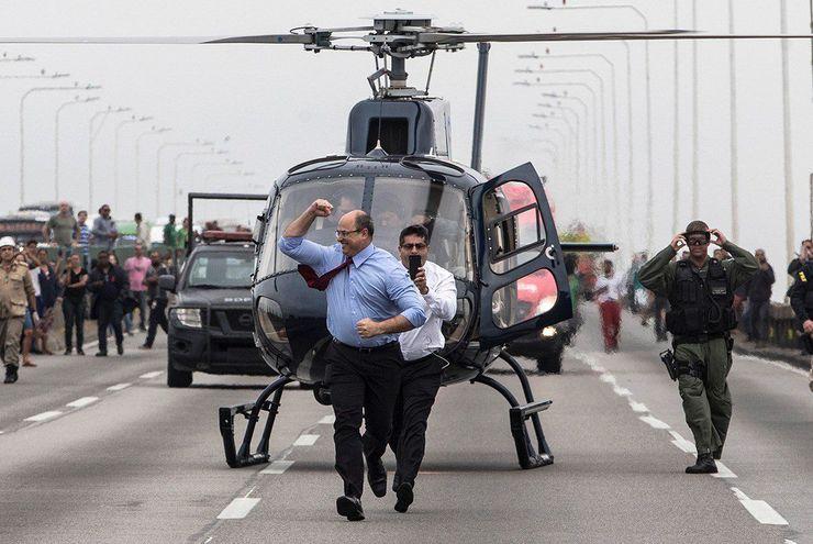 Wilson Witzel, gobernador del estado brasileño de Río de Janeiro, llega al sitio del incidente en que un hombre secuestró un bus durante horas antes de ser abatido por la policía.
