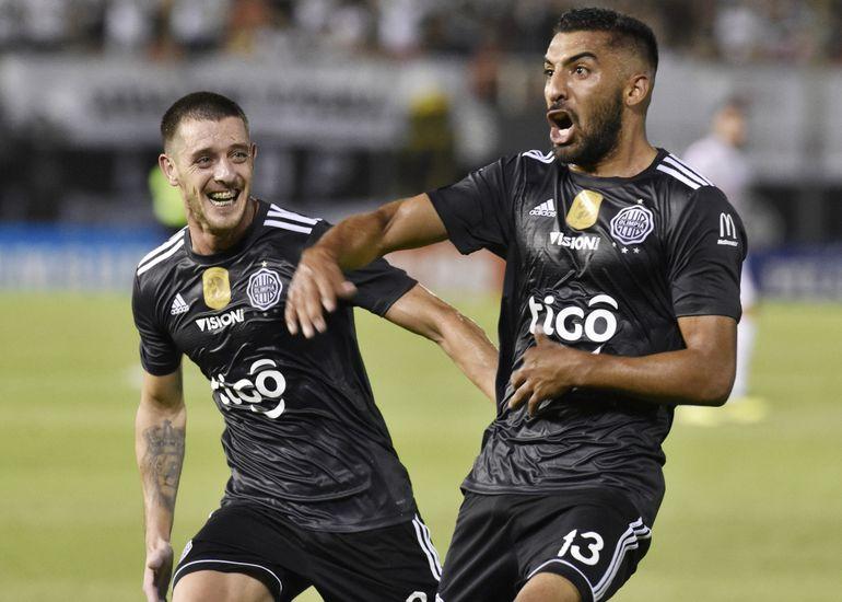 Festejo charrúa entre Maximiliano Olivera, autor del segundo gol, y Alejandro Silva.