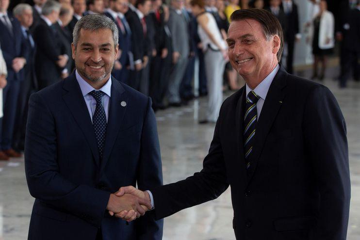 El presidente de Paraguay, Mario Abdo Benítez (i), es recibido por su homólogo de Brasil, Jair Bolsonaro, hoy  en el Palacio del Planalto, en Brasilia.