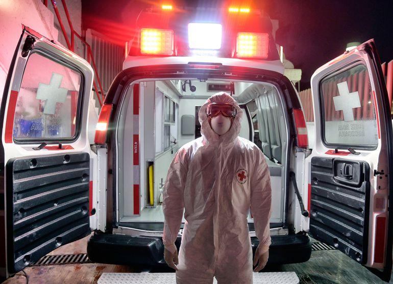 Un paramédico de la Cruz Roja Mexicana posa cerca de su ambulancia en Toluca, México.