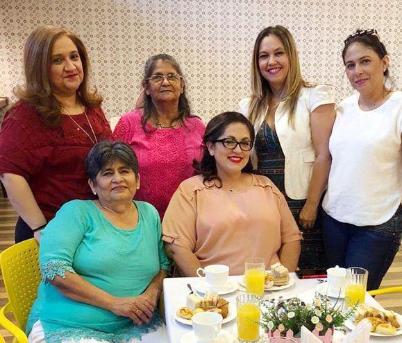Noelia Rodríguez fue agasajada con un té baby shower, en God's Pan, por sus amigas  Marisol Vázquez, Ramona Aguilera, Ana Ledesma, Soledad Lugo y Genara Aguilera.