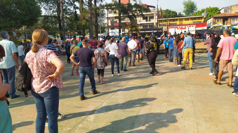 """La semana pasada, cientos de personas se aglomeraron en los puntos de venta y recarga del programa """"Billetaje en tu ciudad""""."""