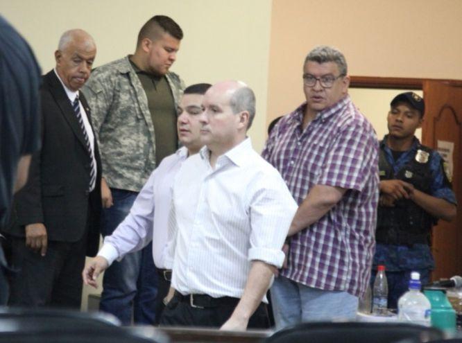 Carlos León (con camisa blanca), a su lado Alfredo Sánchez y atrás Eduardo Ramírez, acusados por tráfico de armas.