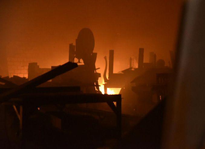 Gran incendio consume el depósito de una mueblería en Luque