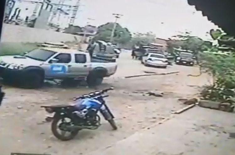 Los criminales alzan al jefe narco en una de las camionetas y salen una tras otra del sitio, tras incendiar tres vehículos.