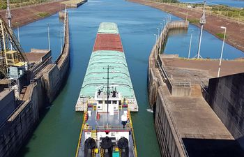 Con la reactivación del tránsito fluvial, las barcazas cruzaron ayer por la esclusa de Yacyretá.