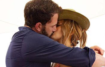 Cumpleaños romántico. Ben Affleck y Jennifer López en un paseo en yate durante la fiesta por los 52 años de ella.