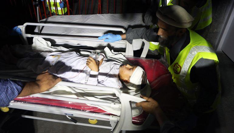 Paramédicos transportan a un niño herido en el atentado en Kabul.