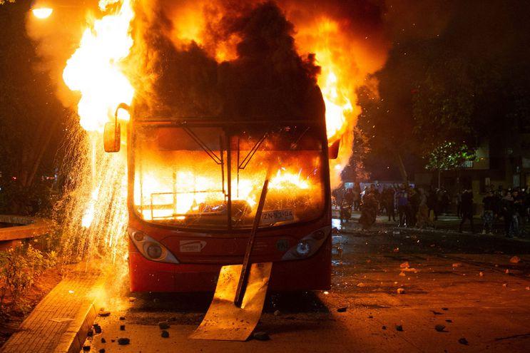 Un autobús destrozado en Chile