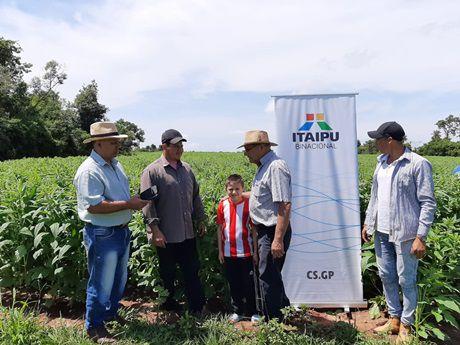 Productores beneficiados por el proyecto DIAFPA, que financia Itaipú.