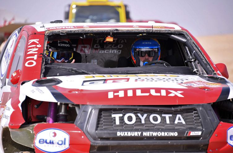 Alonso y su copiloto dentro del auto visiblemente dañado.