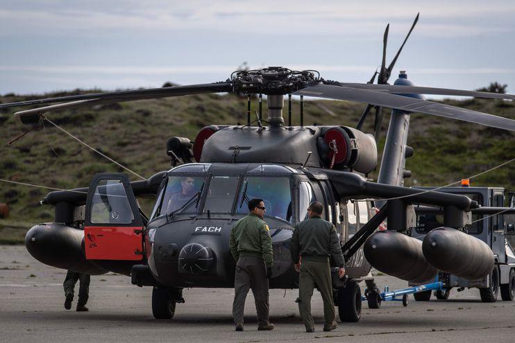 Un helicóptero Black Hawk que colabora en las tareas de búsqueda, en la base Chabunco de Punta Arenas, Chile.
