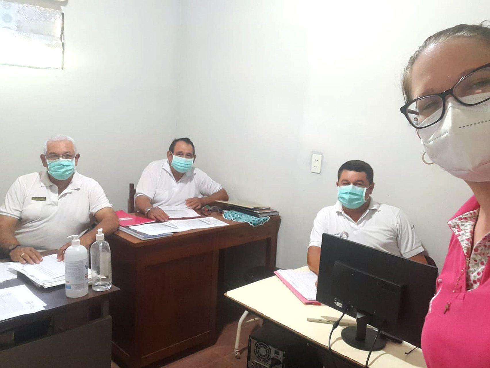 En la imagen se lo observa cumpliendo con el protocolo sanitario, trabajando junto con sus compañeros.
