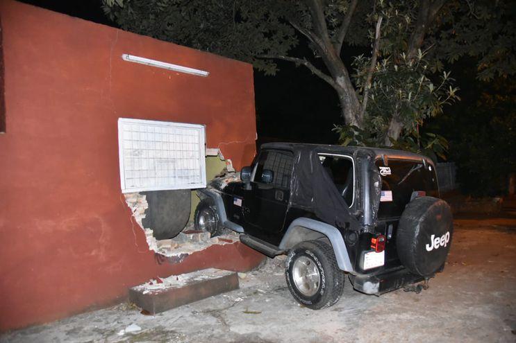 La camioneta fue a parar contra una vivienda.