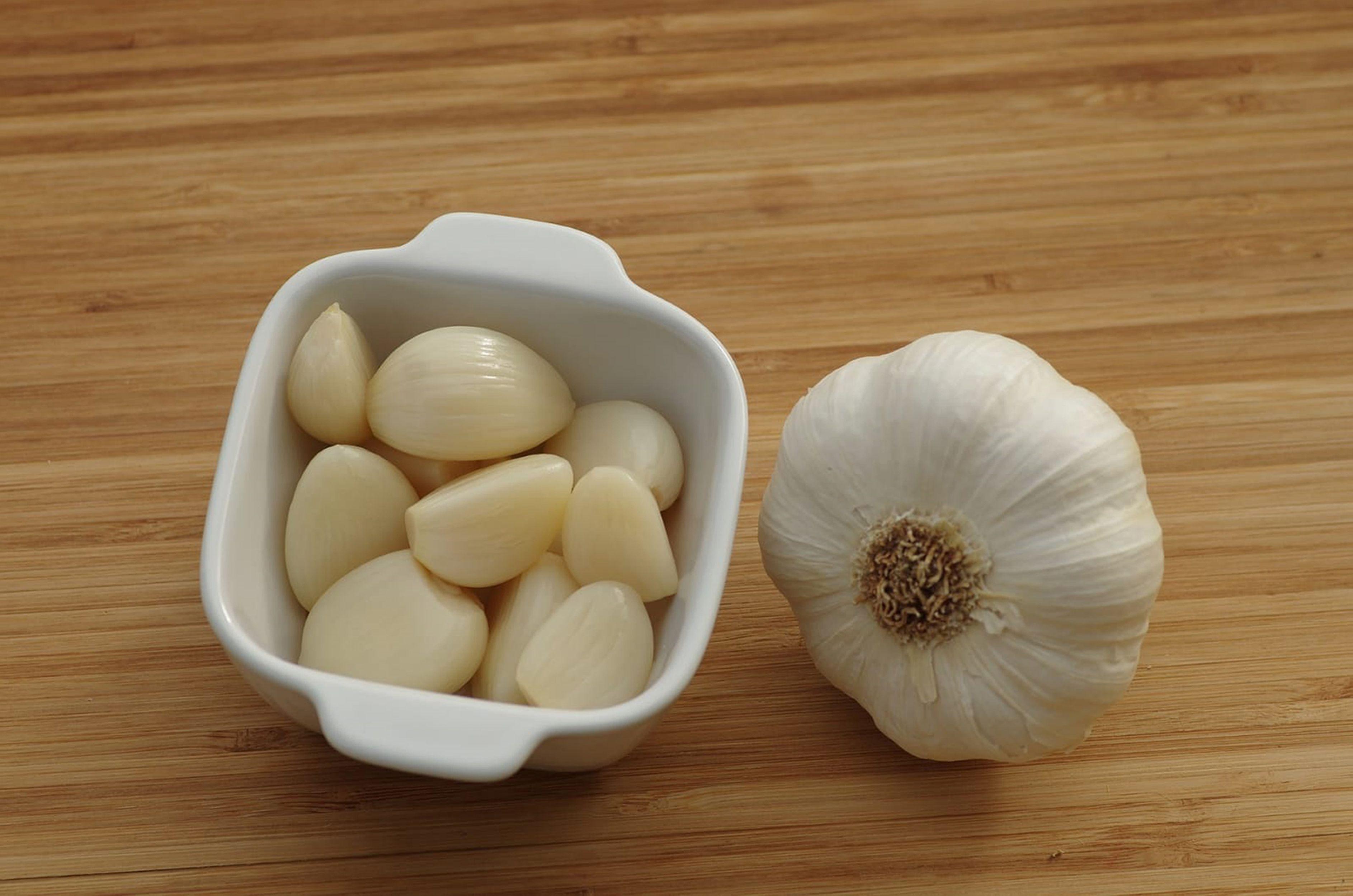 Lo ideal sería consumir el ajo tanto crudo como cocinado uno o dos dientes de ajo por día que equivale hasta 4 gramos diarios. Foto: Pixabay.