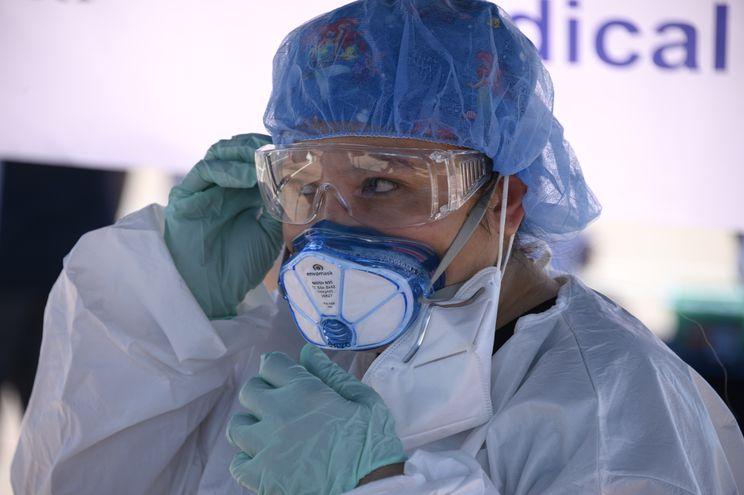 Una trabajadora médica con equipo de protección en un sitio de pruebas de COVID-19 en San Dimas, California.