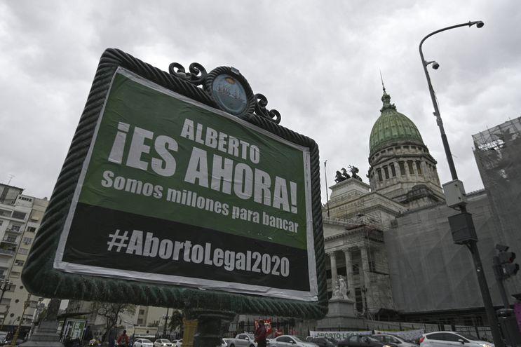 Un cartel exigiendo al presidente argentino Alberto Fernández la presentación del proyecto de ley para la legalización del aborto, frente a la sede del Congreso de ese país, en Buenos Aires.