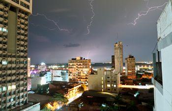 Vista del cielo de Asunción en la noche de ayer, jueves.