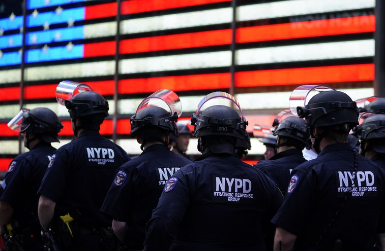 Policías de Nueva York en Times Square, durante una manifestación este lunes.