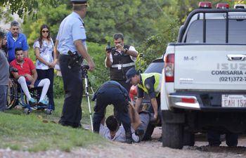 efectivos-de-la-policia-llevan-a-cabo-la-reconstruccion-del-ataque-de-los-agentes-gatillo-facil-al-joven-richard-pereira-quien-mira-desde-su-silla-224545000000-1562635.jpg