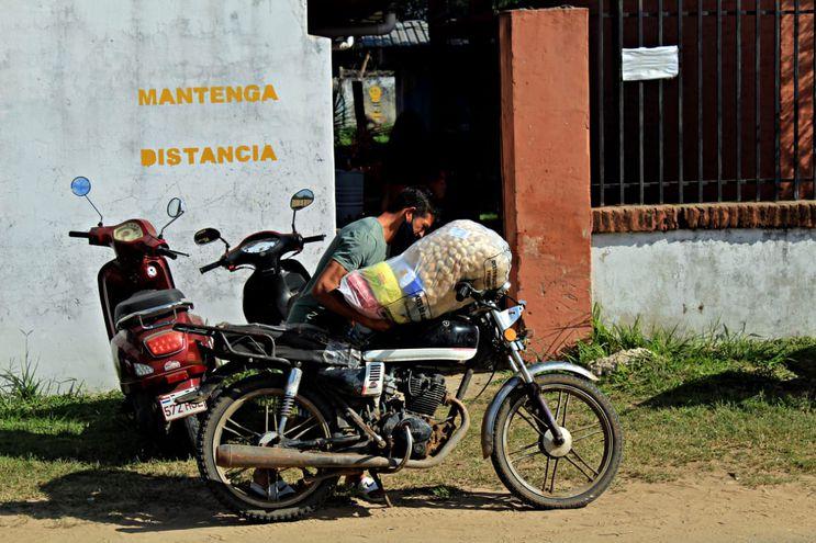 Entrega de kits de almuerzo escolar en Ñeembucú.