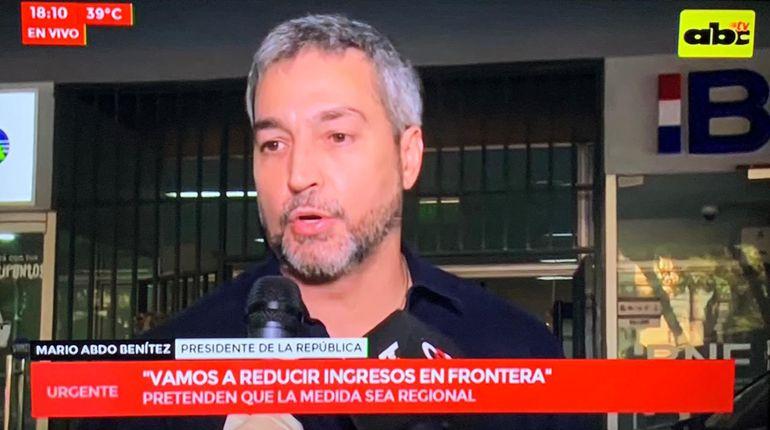 Presidente Mario Abdo Benítez a la salida del Ministerio de Defensa.