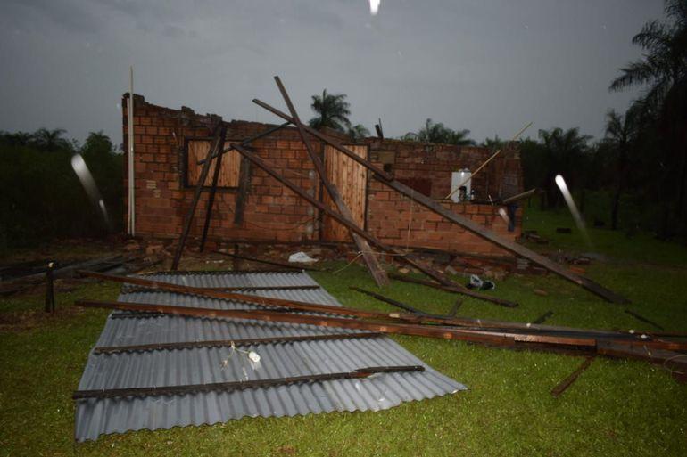 Los fuertes vientos de ayer destecharon viviendas.