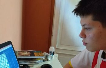 El ajedrecista paraguayo Ángel Montiel en acción frente a su computador.
