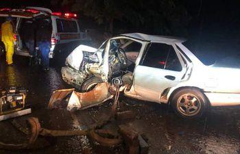 El automóvil en el cual viajaba la familia quedó con la parte frontal destrozada.