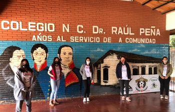 Un grupo de alumnas que están en paro virtual en el colegio Raúl Peña, del Área 5 de Presidente Franco.